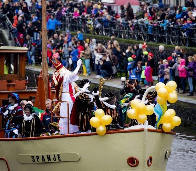 Weihnachtsbräuche Niederlande Sinterklaas und Zwarte Piet bei ihrer Ankunft im Hafen von Amsterdam