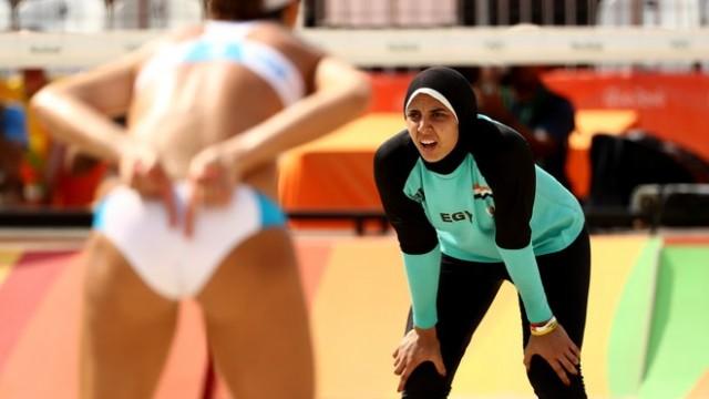 Beachvolleyballerin Doaa El-Ghobashy während einem Spiel bei der Olympia 2016.