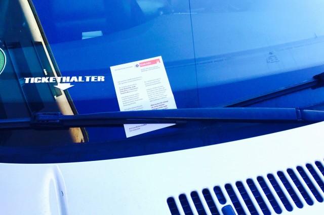 Tickethalter an der Windschutzscheibe