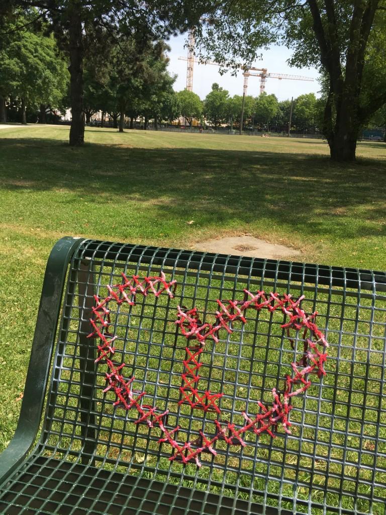 Guerilla Knitting am Kölner Grüngürtel: Rotes Herz